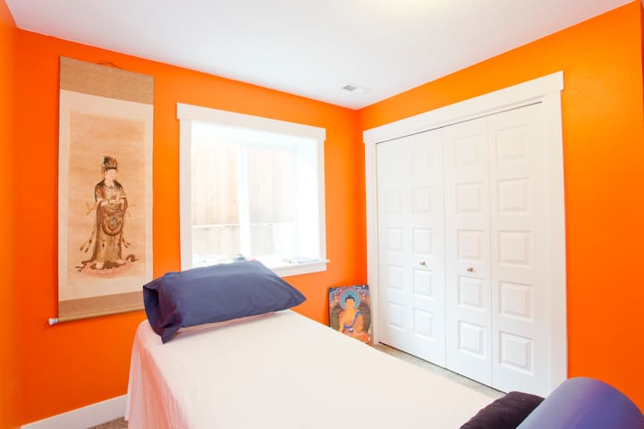 Orange room w/Queen bed and central air con!