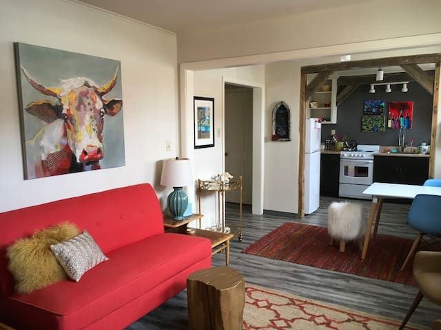Sweet & Chic Flat Downtown Enterprise!