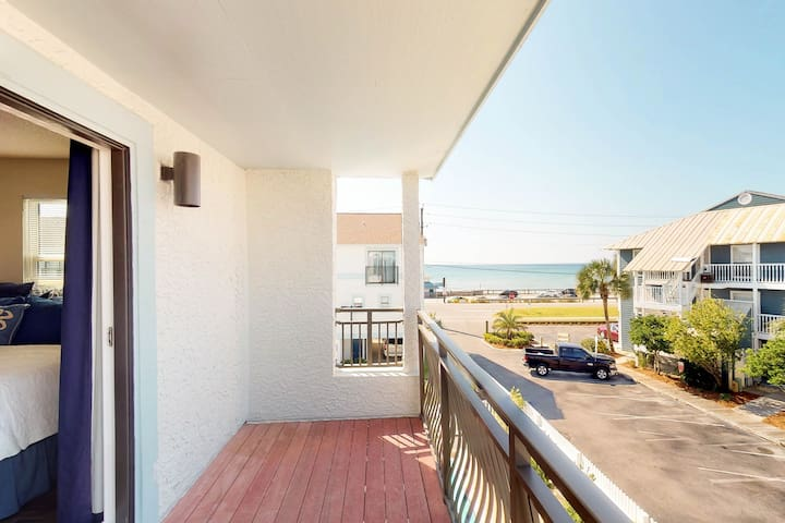 Coastal townhome w/gorgeous interior, shared pool & beach access