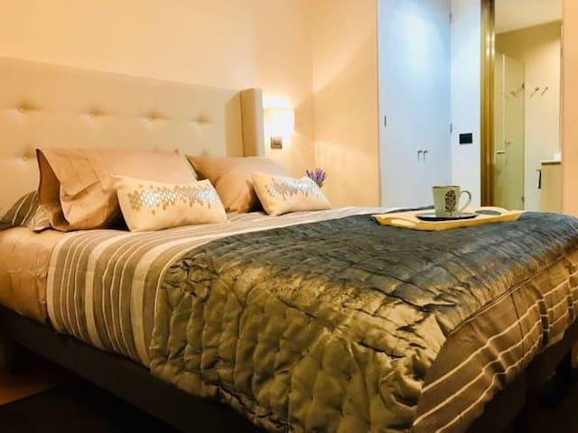 HERMOSO dormitorio con cama 2 plazas