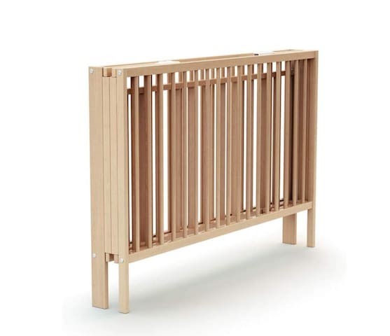 folding wooden bed with a good mattress lit en bois pliant avec un bon matelas