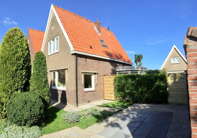 This beautefull, old, typical Dutch house is located in the old city centre of Edam. It's only a 500 meter walk from the tourist highlights, cafes, restaurants, busstation and a 25 minutes busride from the city centre of Amsterdam!