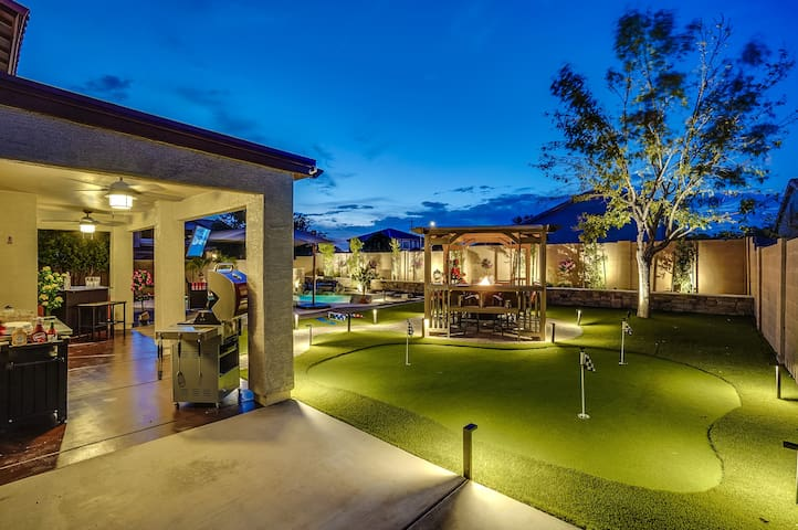 Model Home W/Pool Minutes to State Farm Arena