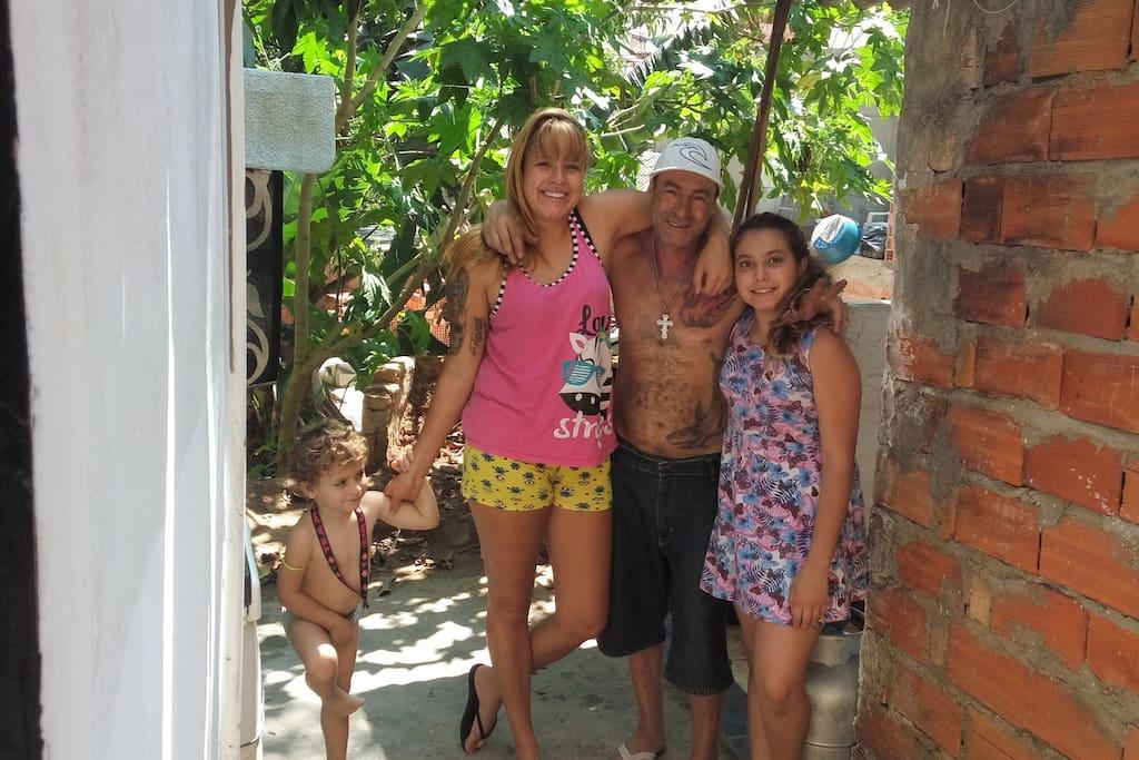 eu e minhas filhas e meu neto no quintal