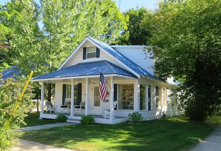 The Lake Street Cottage~Walk to town w/free Bikes!