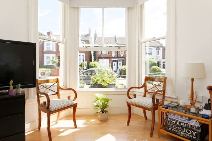 Spacious one bedroom Victorian flat - Londres - アパート