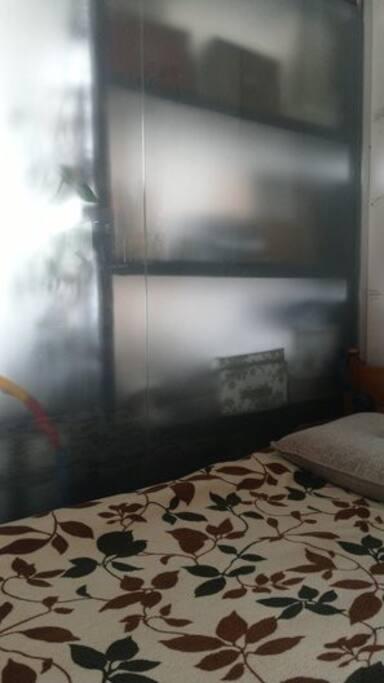 За перегородкой из закаленного стекла - 1-спальная кровать