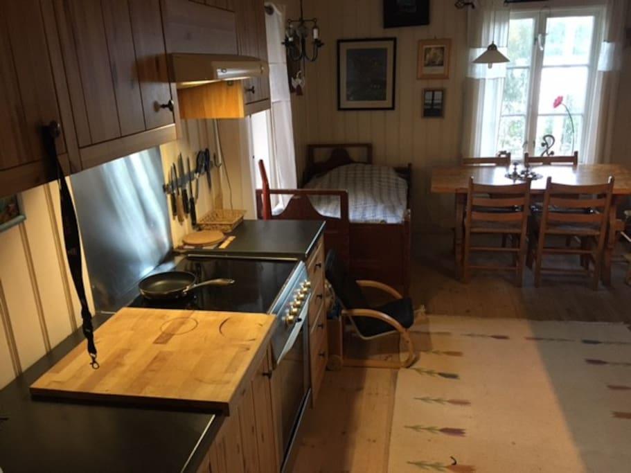 Dette er et fullt innredet kjøkken m en ekstra seng.