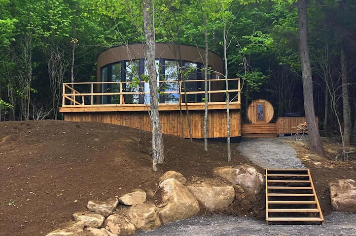 Lux pod Bel Air Tremblant. Private hot tub and sauna, pool, zipline, tennis, fatbikes and more