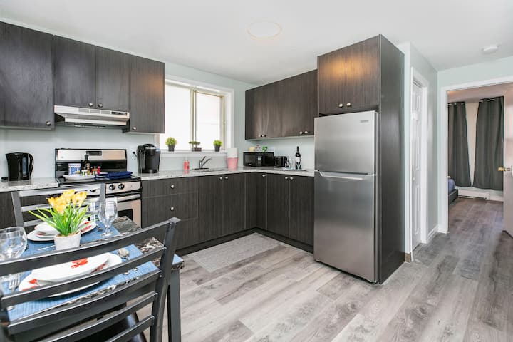 PRIME Location - Modern 1BR with King Bed - Byward Market!