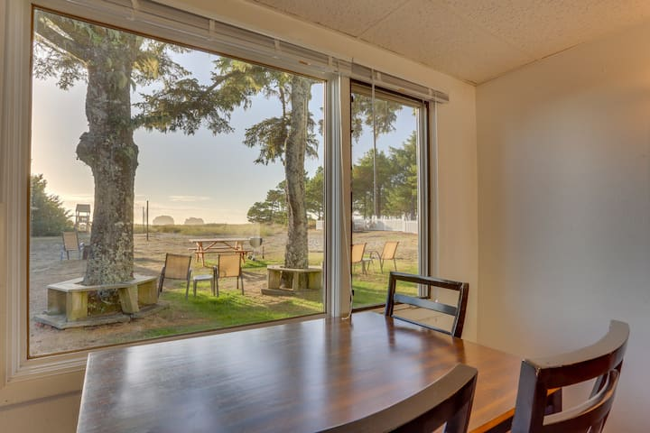 Dog-friendly oceanfront suite with views of Twin Rocks & access to beach!