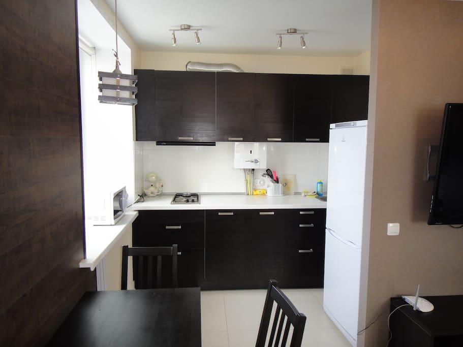 Небольшая кухня. На кухне есть, электрочайник, СВЧ печь, посуда и т.д.