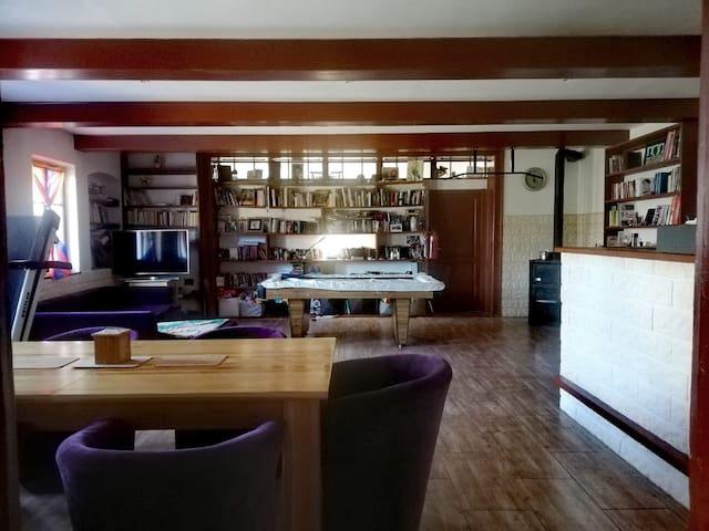 Jídelna - společenská místnost s možností přistýlky pro tři osoby.  Ubytování na chalupě na polosamotě v Podkrkonoší.