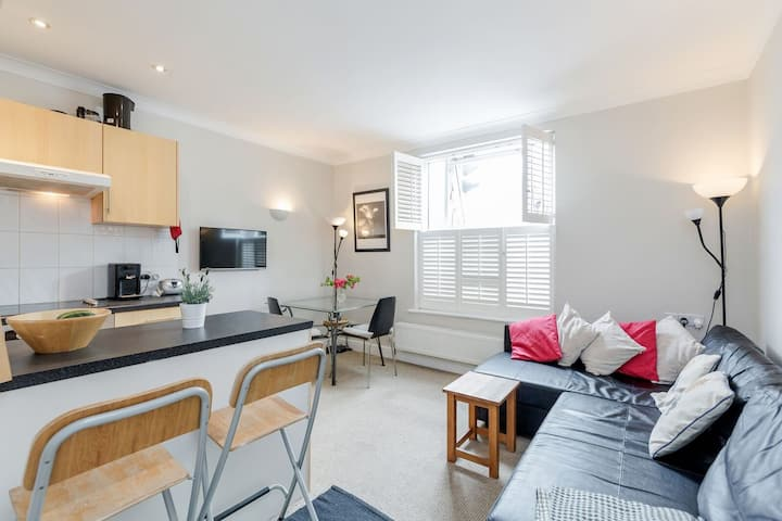 Central winchester apartment with parking