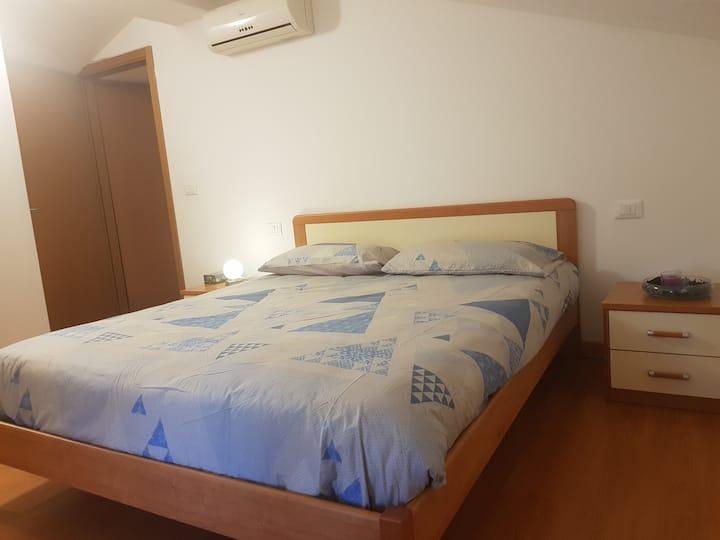 Grande camera mansardata nel cuore di Udine
