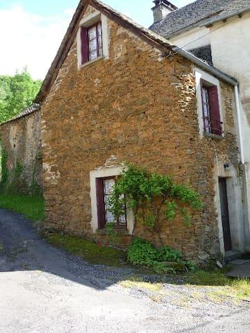 Maison en pierre de schiste enAubrac et Causse