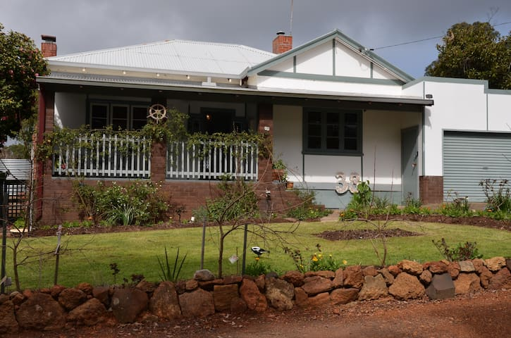 Central 2 bedroom country cottage