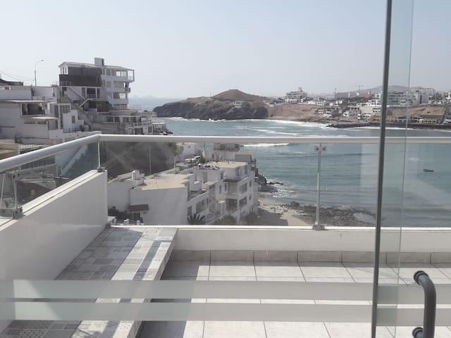 Elegante y cómodo departamento con vista al mar.
