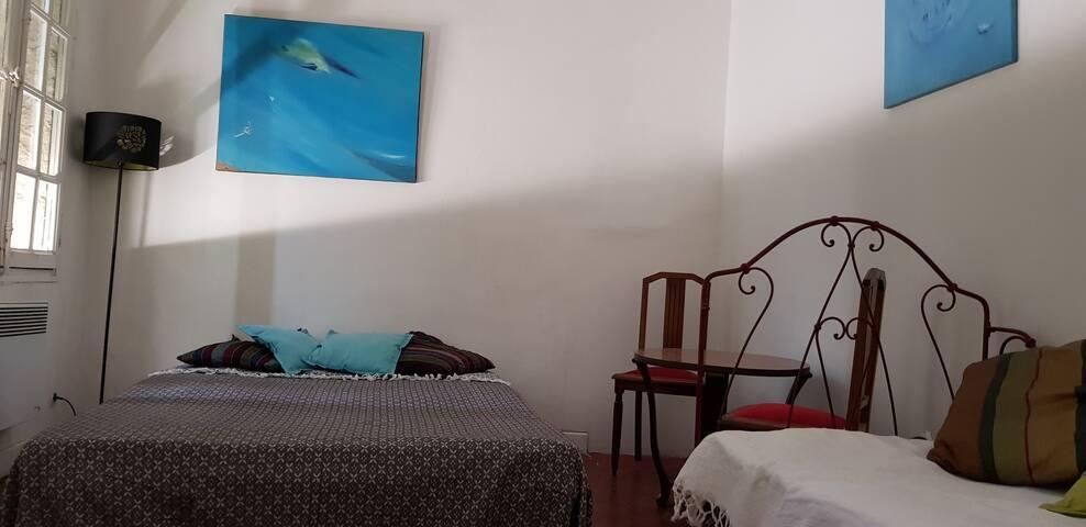 Chambre 2 :  2 fenêtres, lit 140 et lit 1 place