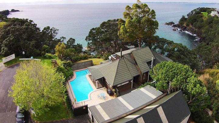 Clifftop ocean-front beach house - Leigh