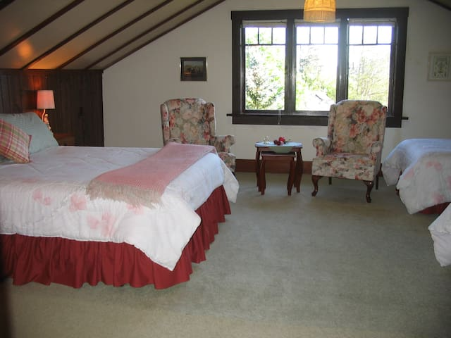 Vista Room queen and two twin beds, lots of space, view of valley and garden