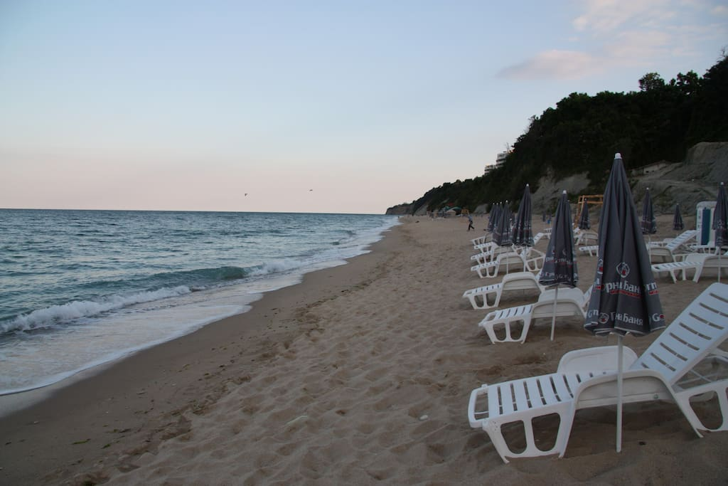 На городском центральном пляже есть лежаки и зонтики, но они платные