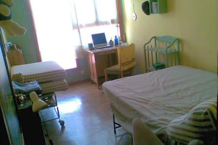 Sunny bedroom in Madrid centertown - Madrid - Sovesal