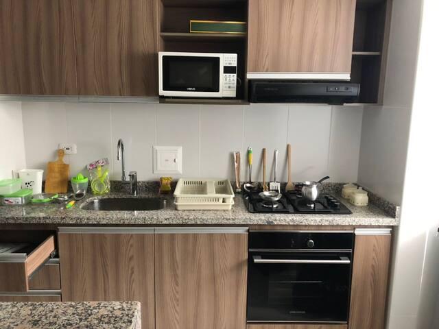 Cocina integral abierta con utensilios