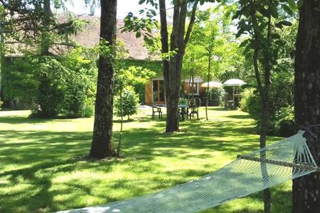 Charmantes Ferienhaus mit eigenem Garten in Charnizay Centre