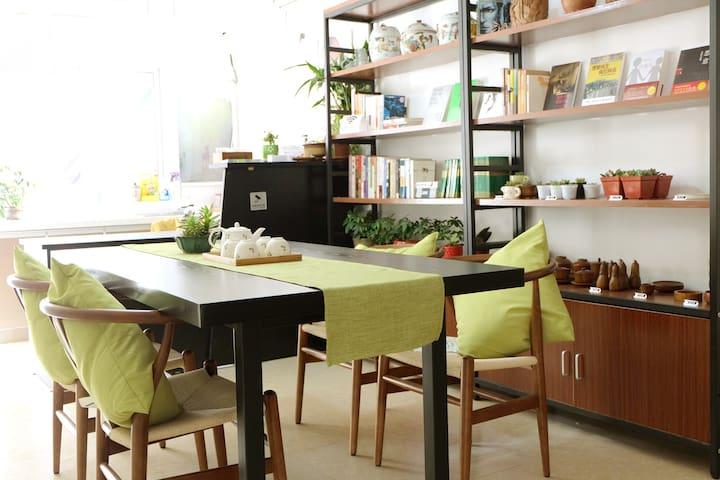 位于同里古镇内以绿植+读书+饮茶的文艺风格的 森之旅设计师客栈 - Suzhou - House