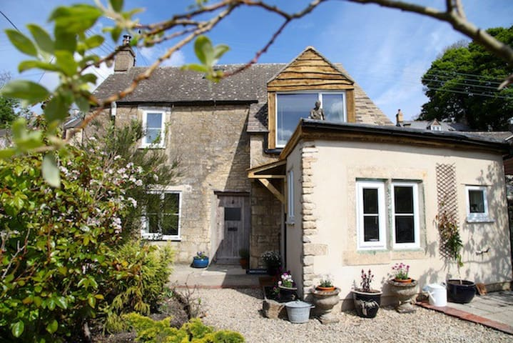 Stunning Cotswold Cottage with views