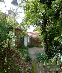 Pretty, secluded Suffolk cottage - Great Glemham - Haus