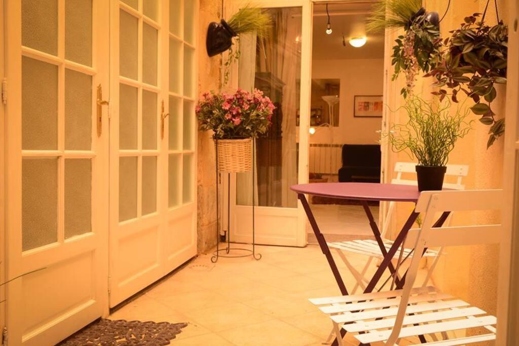 Studio patio centre appartements louer bordeaux for Appartement bordeaux centre a louer