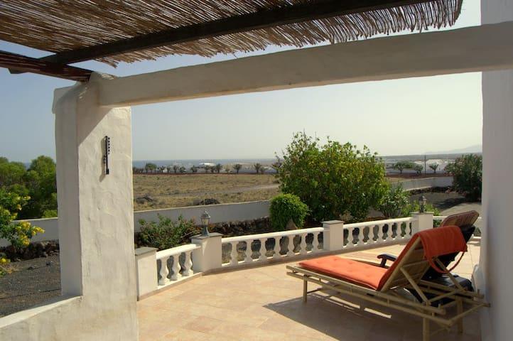 ¡Qué rico - descansar en la terraza con una vista fantástica! / Enjoy to relax on the terrace with a fantastic view / Entspannen Sie herrlich auf der Terrasse mit einem einmaligen Ausblick!