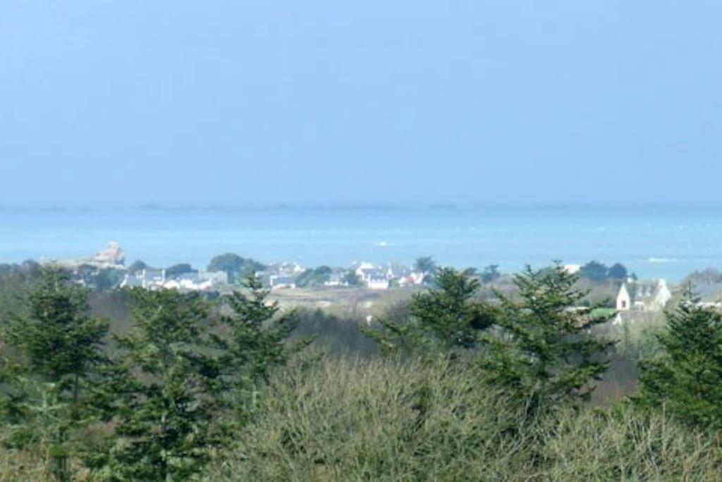 Détail zoomé de la vue sur l'Ile Grande depuis la chambre et la pièce à vivre.