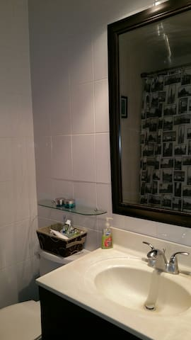 Spacious bedroom with comfy double bed - Kitchener - Condominium