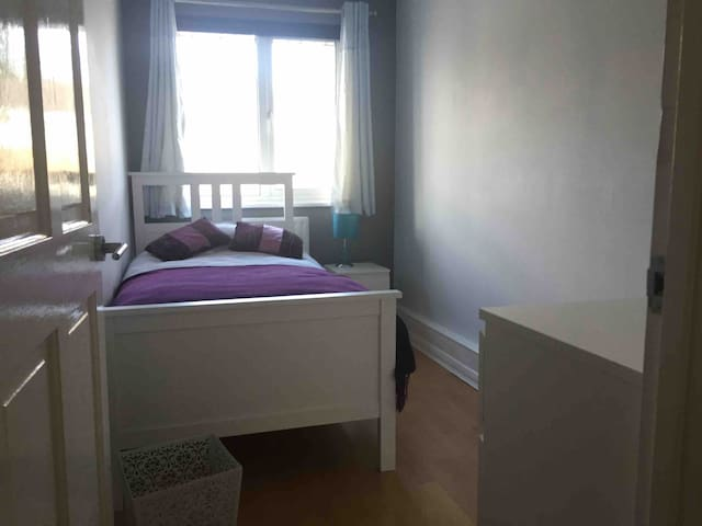 Single room with easy links to Central London.