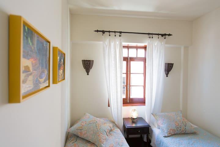Schlafzimmer zwei mit zwei bequemen Einzelbetten.  Smaller bedroom with two comfortable single beds.