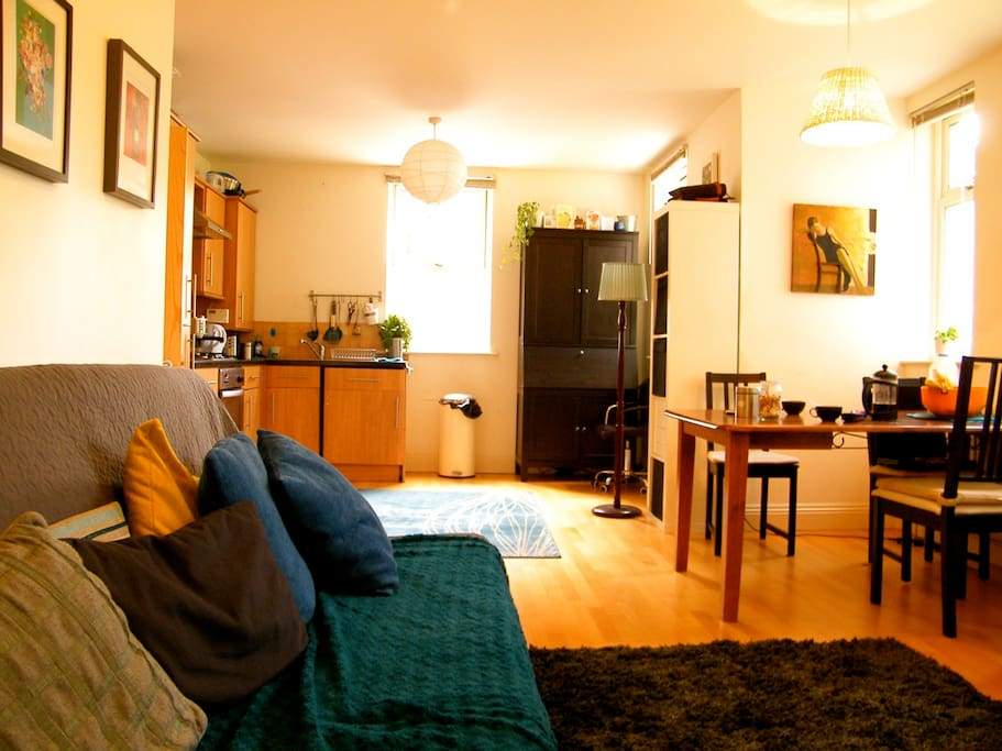 Area to chill out and relax, listen to music, chat, watch TV