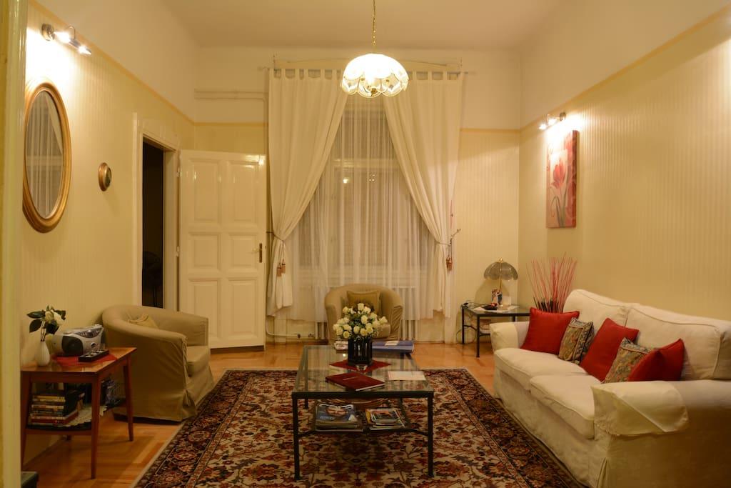 Classic 2 Bdr Apartment Near Vaci Street Shopping