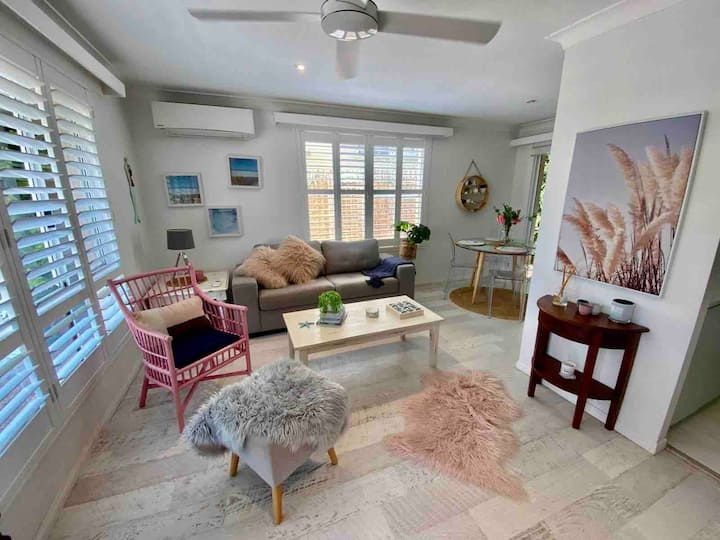 Nobby's Beach Pet Friendly Charming Beach Cottage