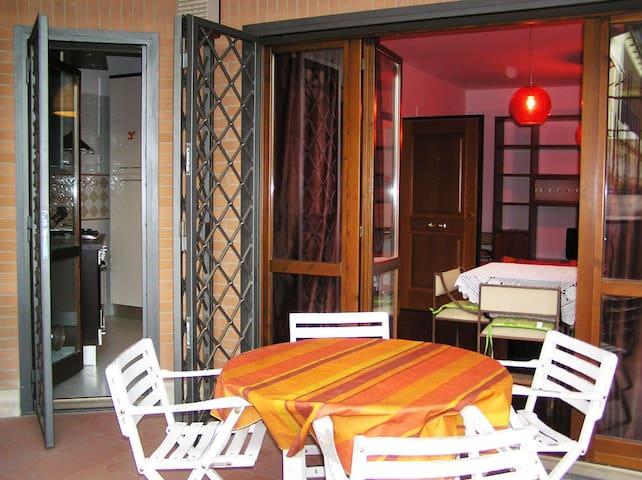 Terrazzo e visione su cucina e soggiorno - Our terrace with kitchen and living room in the back