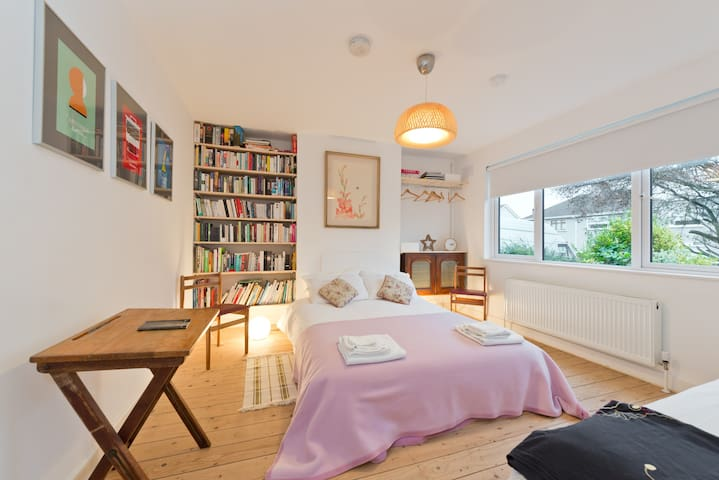 Eclectic, cosy and bright family home in Dublin 5 - Artane - Casa