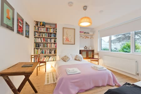 Eclectic, cosy and bright family home in Dublin 5 - Artane - Hus