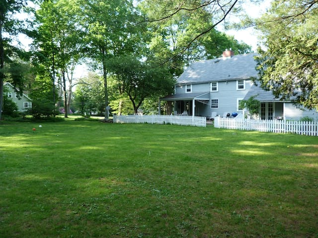Spacious Getaway in Newtown, CT USA - Newtown - Daire