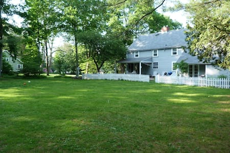 Spacious Getaway in Newtown, CT USA - นิวทาวน์