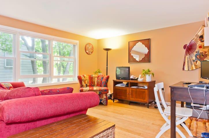Room in cozy condo outside Boston - Medford - Apartment