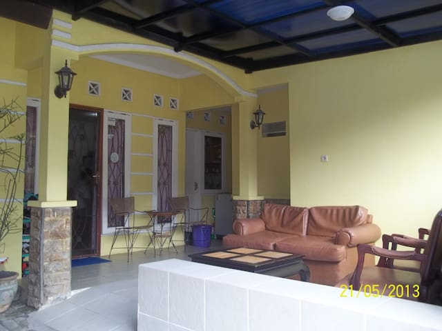 Room for rent,near Dian Al Mahri Mq - Depok - House
