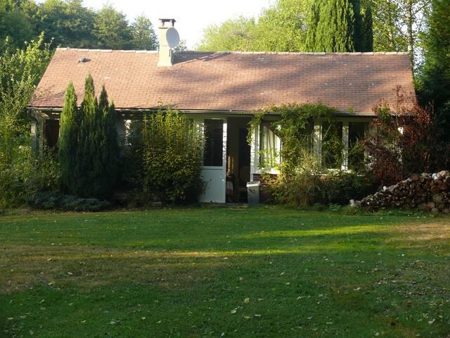 nichée dans un écrin de verdure   - Lourdoueix-Saint-Pierre - Haus