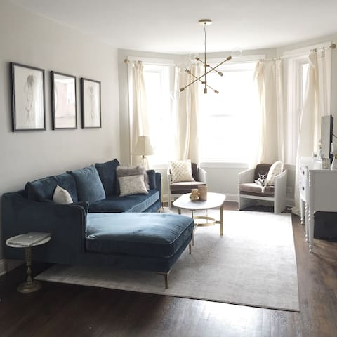 Modern, Bright Logan Square Room with Free Parking